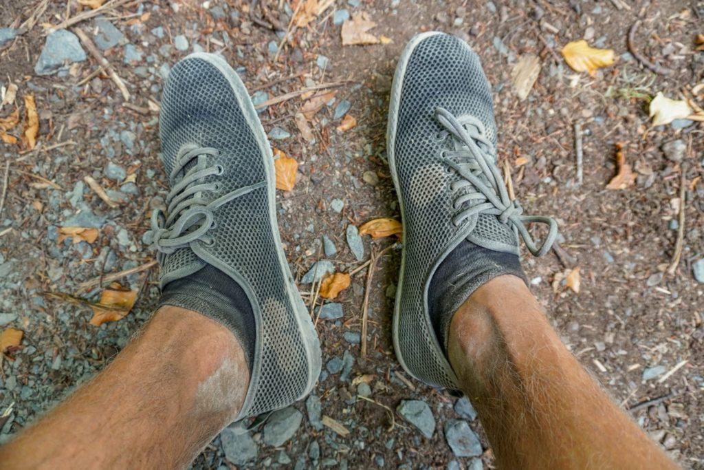 Wandern mit Barfußschuhen an einem heißen und staubigen Tag