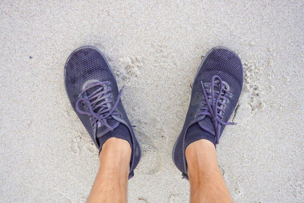 Wandern mit Barfußschuhen am Strand der Ostsee