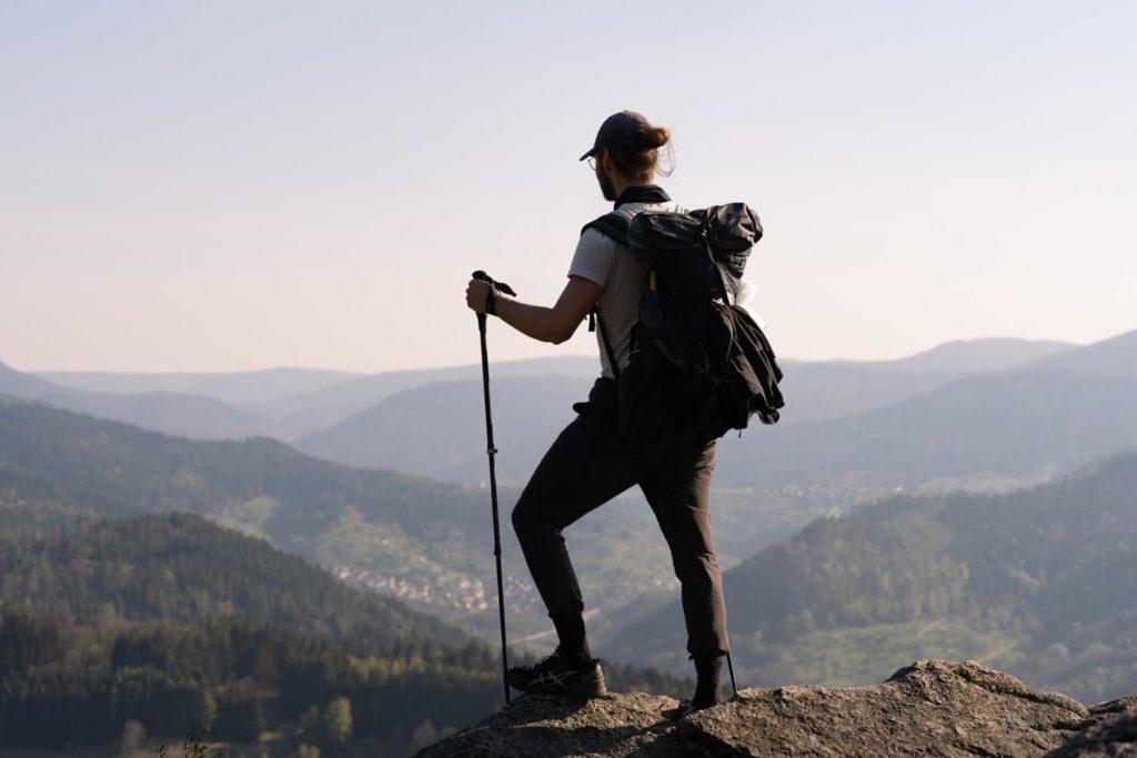 Patrick Fischer beim Trekking vor Aussicht