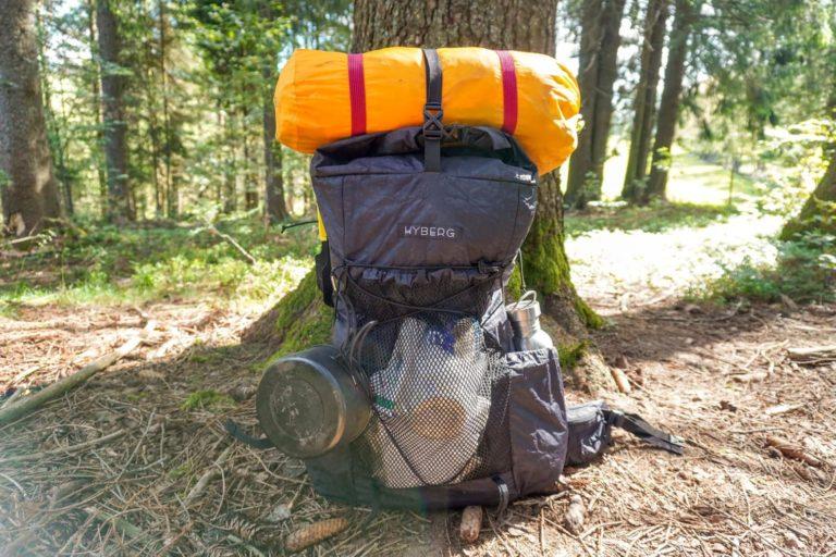 Beim Trekking Gewicht sparen - mein Rucksack am Baum angelehnt
