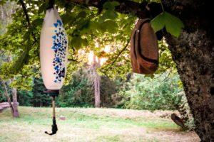 Outdoor Körperpflege - Wasserbeutel und Kulturbeutel hängen von Baum