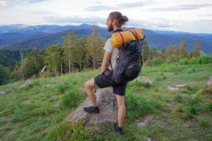 Nachhaltige Barfußschuhe zum Wandern - Wanderer steht vor Aussicht