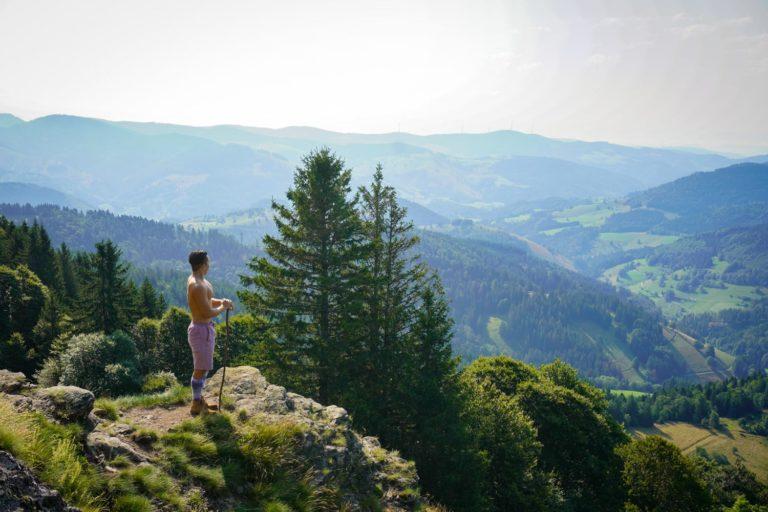 Rundwanderung Belchen Nonnenmattweiher im Südschwarzwald - Wanderer vor Aussicht