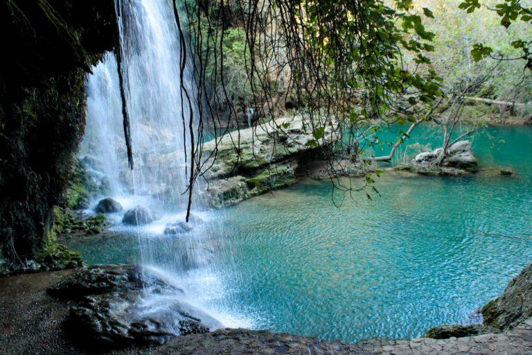 Duschen beim Trekking - Wasserfall an türkisem See