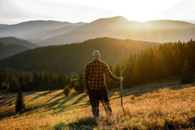 Wanderer bei Sonnenuntergang während Rundwanderung auf das Herzogenhorn